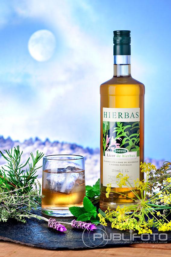 Fotografía de licores - Licor de hierbas de Ibiza